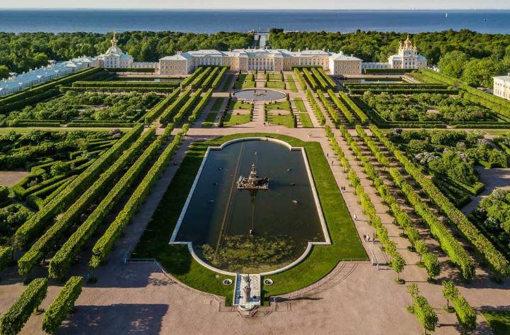 Верхний сад в дворцово-парковом ансамбле Петергоф