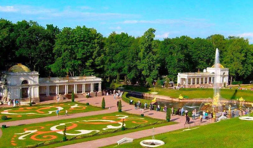 Воронихинские колоннады в Нижнем парке Петергофа